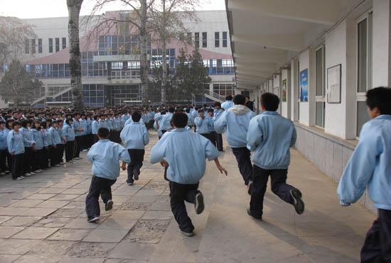 首先,进行教室逃生演习。涿州市消防大队于参谋为高一年级全体师生讲解了出现突发事件和自然灾害时应注意的具体事项和逃生时应注意的具体细节。讲解完毕,全体师生回班待命。随着任校长一声令下:涿州中学抗震消防逃生疏散演习正式开始。全体师生迅速行动,同学们按各班指定的通道进行疏散,逃生进行得紧张有序,老师们分散在学生的队伍中督导引领,各楼口都有老师指挥,以防踩踏事件。到安全地点后,班长、体委迅速维持纪律,清点班级人数。整个消防疏散逃生演练活动仅用了2分15秒。之后,副校长任学志、消防大队王营长、高一年级孟海港主任分