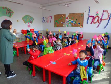 ——风车房子,粘贴前孩子们认真地向老师学习制作过程,活动中孩子们